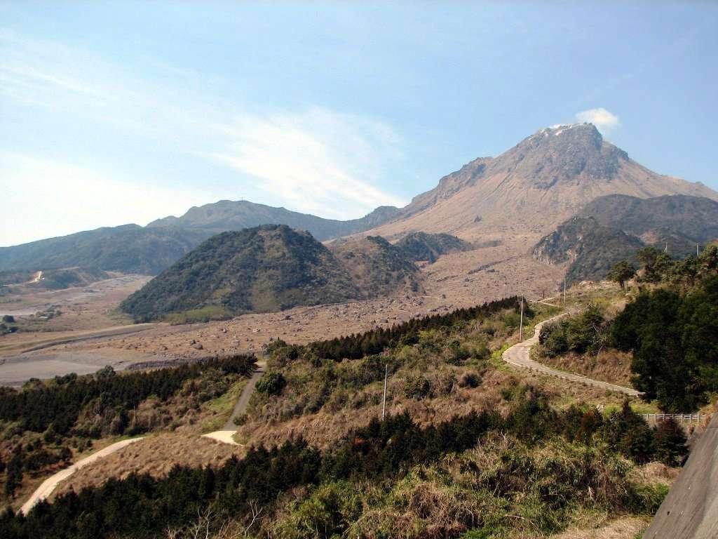 Une vue du mont Unzen et des dépôts laissés par les coulées pyroclastiques. © Chris 73, Wikipédia