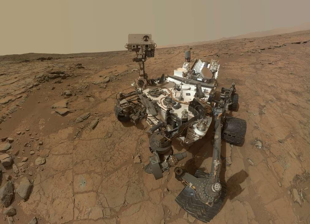 Autoportrait de Curiosity réalisé le 3 février 2013 (Sol 177) dans la baie de Yellowknife. À sa droite, on peut voir les traces de ses premiers forages opérés dans l'affleurement rocheux nommé « John Klein ». © Nasa, JPL-Caltech, MSSS