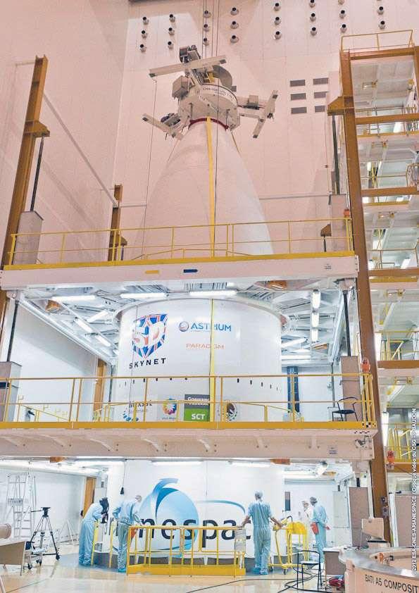 La coiffe du lanceur qui abrite les satellites Skynet 5D, en position haute et Mexsat Bicentenario en position basse. © Arianespace