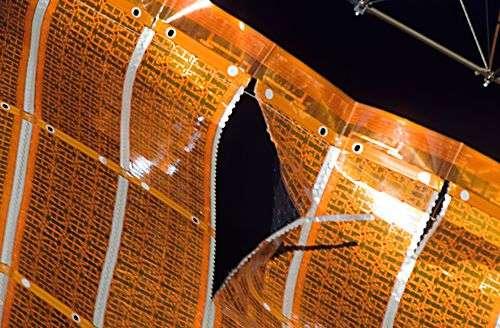 Gros plan sur la déchirure du panneau solaire. Crédit NASA.