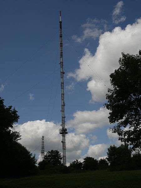 Une antenne hertzienne émet et reçoit des ondes électromagnétiques. © alainalele, CC BY-SA 3.0, Wikimedia Commons