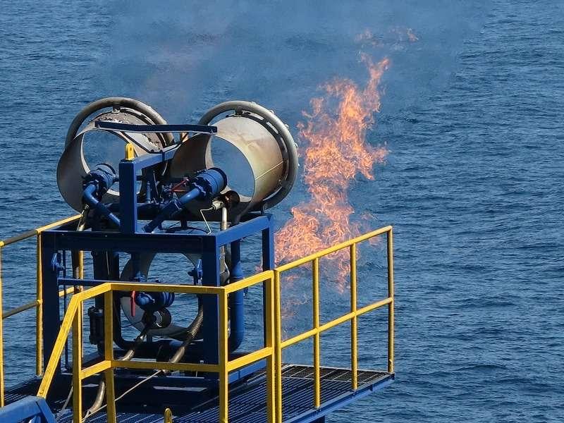 Le gaz produit à partir des hydrates de méthane au Japon est pour le moment directement brûlé par le biais d'une torchère. Par sécurité, durant les tests, les bateaux et les avions ne peuvent approcher à moins de deux kilomètres du navire de forage Chikyu. © Jogmec
