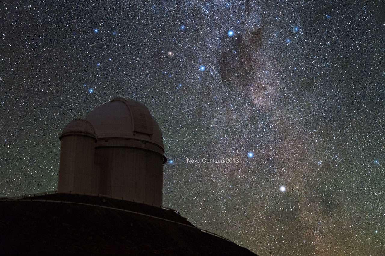 La nova Centauri 2013, particulièrement brillante dans le ciel austral, est vue en train d'exploser. Elle a levé un mystère : pourquoi tant de lithium dans certaines étoiles jeunes ? Parce qu'elles ont été bombardées par de la matière, riche en lithium, éjectée par des novae de ce genre. © Y. Beletsky (LCO)/ESO