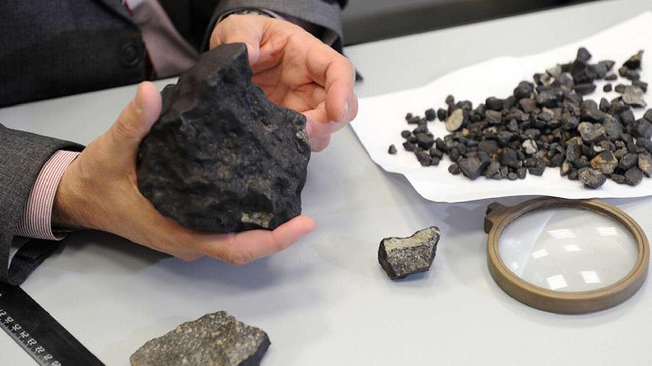Le plus gros morceau de la météorite de l'Oural a été retrouvé au cours d'une expédition le 25 février dans la région de Tcheliabinsk, dix jours après la chute de la météorite de l'Oural. Ce morceau de chondrite pèse un peu plus d'un kilogramme. © Ria Novosti, Pavel Lisicin