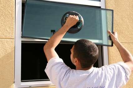 Installation d'une nouvelle vitre. © Greg Pickens