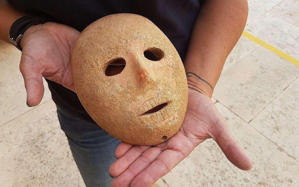 Un masque rare et ancien, datant du Néolithique, a été découvert en Cisjordanie en début d'année. © Antiquities Theft Prevention Unit, Israel Antiquities Authority