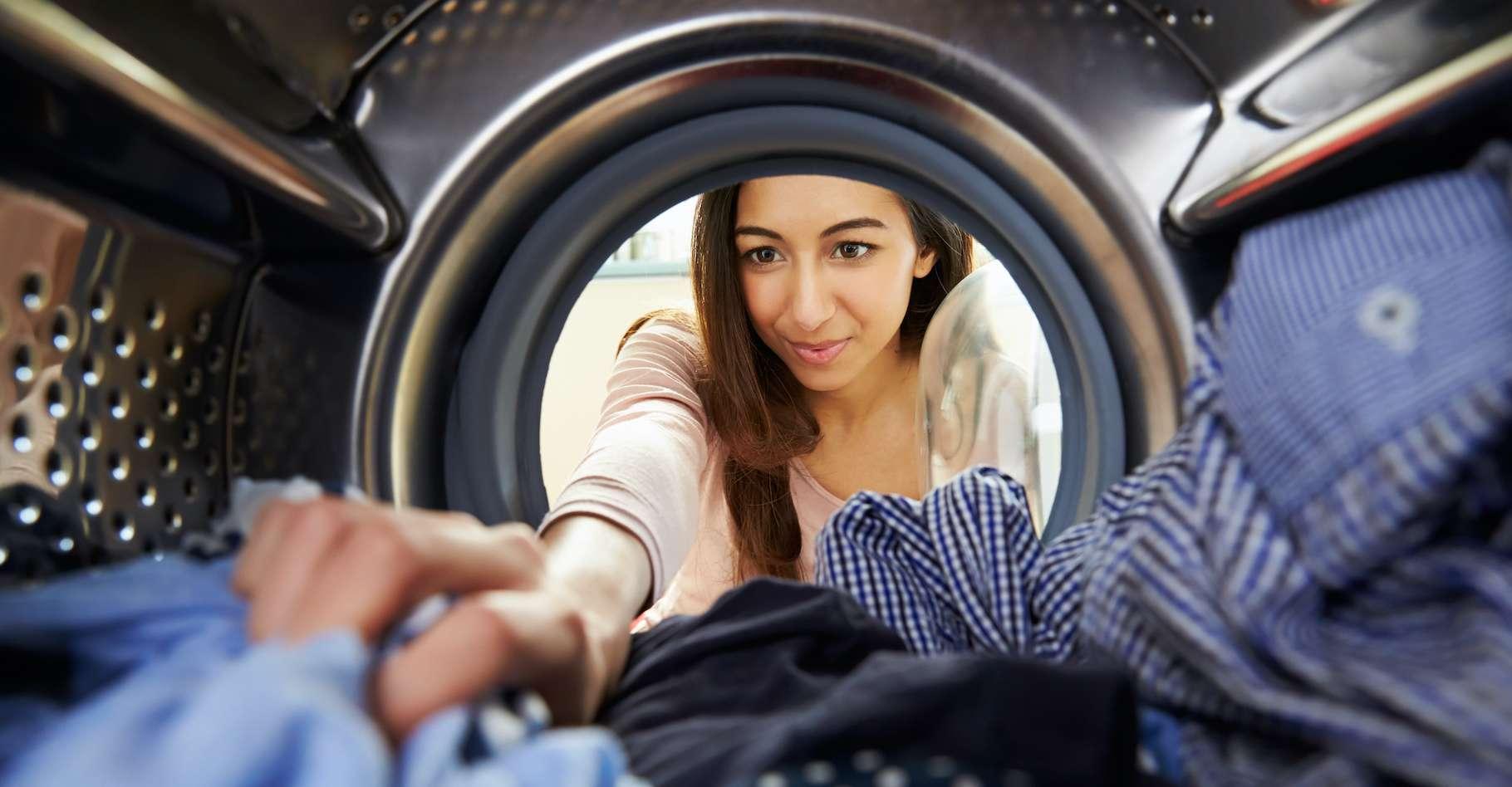 Les fibres arrachées à nos vêtements par le lavage en machine finissent dans les océans. © Monkey Business, AdobeStock