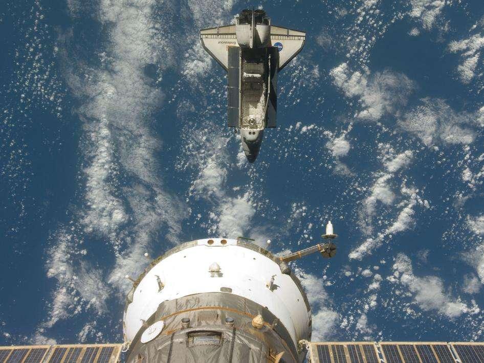 Une image d'Endeavourprise par l'expédition 20 de l'ISS, le 28 juillet 2009, peu après que la navette (qui, elle, en était à la mission STS-127) se soit séparée de la Station spatiale internationale. © Nasa