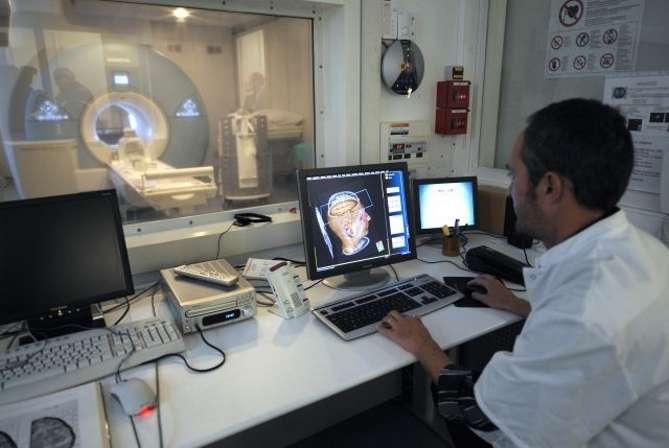 Un médecin observe les images d'un cerveau obtenues à partir d'une IRM. © AFP Photo, Anne-Christine Poujoulat