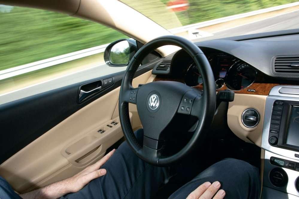 Sur autoroute, lâchez le volant... mais ne quittez tout de même pas la route des yeux... © Volkswagen