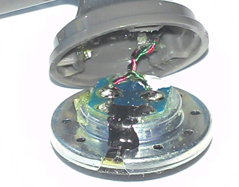 En ouvrant une oreillette, on découvre un minuscule haut-parleur. Les deux fils du cordon (la masse et le fil pour le signal sonore droit ou gauche) sont reliés (ici par deux soudures) à une bobine de cuivre entourant un aimant, lui-même solidaire d'une membrane de plastique. C'est le mouvement de celle-ci, imposé par les vibrations de l'aimant, qui produit le son. © Jean-Luc Goudet, Futura-Sciences