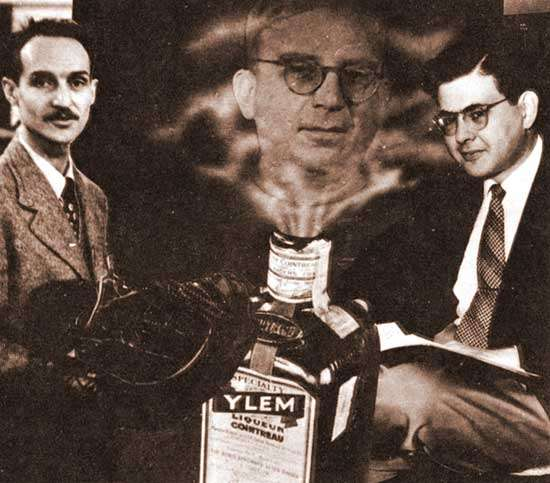 A gauche Robert Herman et à droite Ralph Alpher, au centre une image de Georges Gamow émergeant d'une bouteille de cointrau (Crédit : AIP)