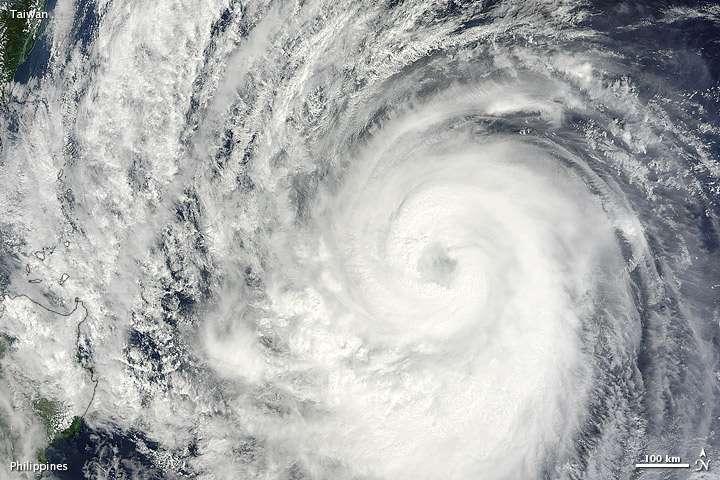 Image satellite du typhon Prapiroon, le 11 octobre 2012. Le satellite TRMM a rencontré trois cyclones dans la même journée du 12 octobre. © Nasa/Jeff Schmaltz, Lance Modis Rapid Response Team