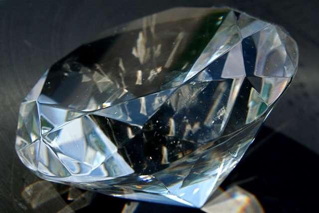 Pour choisir son diamant, il faut veiller à sa pureté, sa couleur et bien sûr la taille qui générera les reflets. © Steven Depolo / Flickr - Licence Creative Commons (by-nc-sa 2.0)