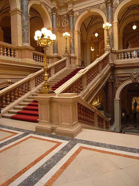 La balustrade peut orner avec distinction un escalier, tout en réduisant le risque de chute accidentelle. © Lysippos, CC BY 3.0, Wikimedia Commons