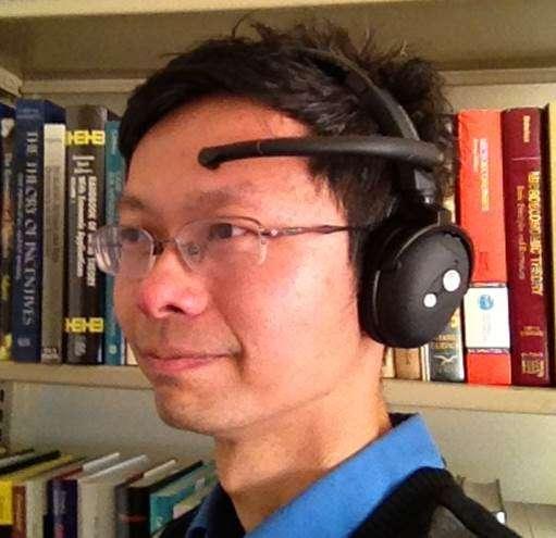 Le professeur John Chuang (à l'image) a piloté l'étude sur l'utilisation de mot de passe mental. Il porte le casque EEG utilisé pour les tests. © Université de Californie à Berkeley, School of Information