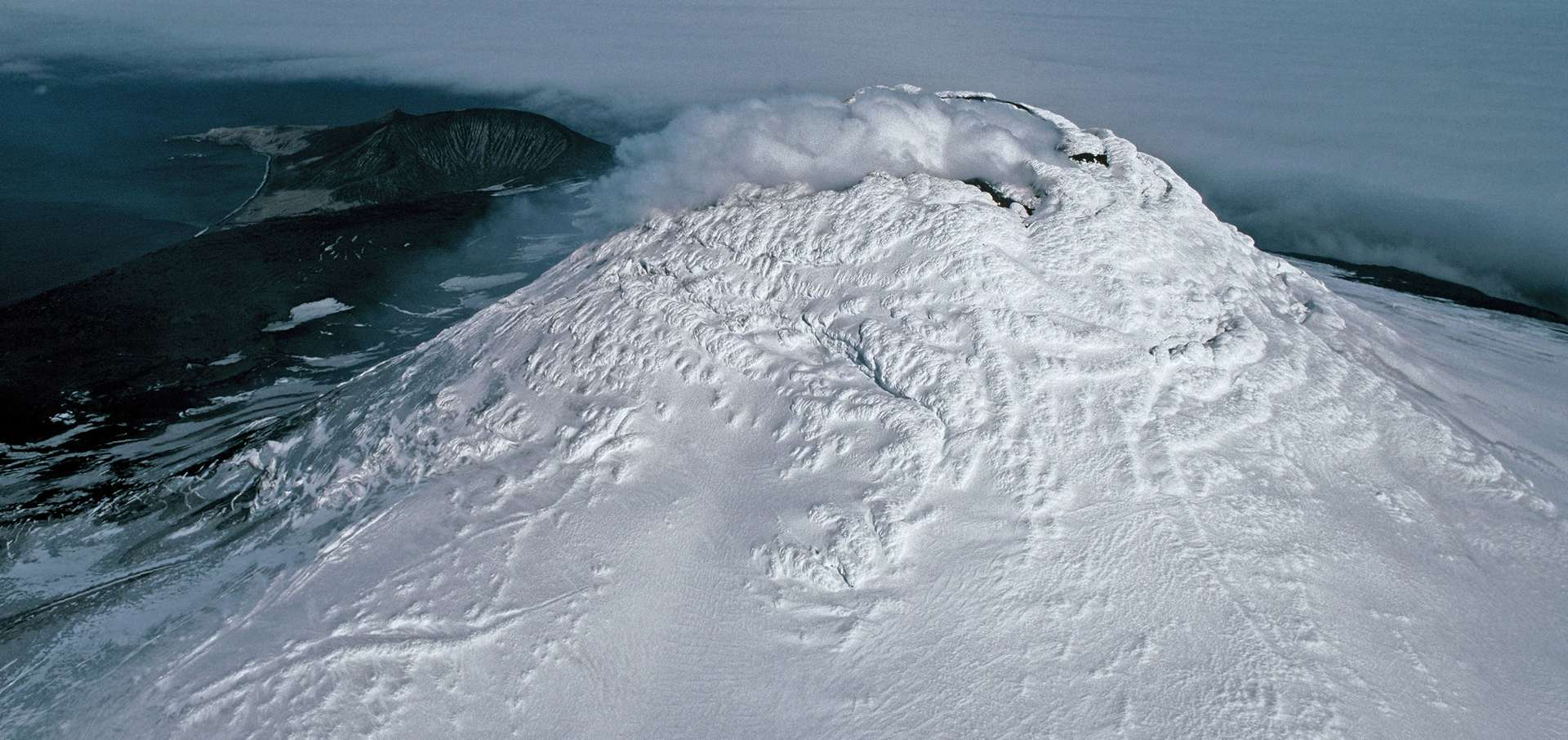 Photographie aérienne du mont Michael, un volcan en activité sur l'île Saunders, dans le territoire britannique d'outre-mer de Géorgie du Sud-et-les îles Sandwich du Sud. © Pete Bucktrout (British Antarctic Survey)