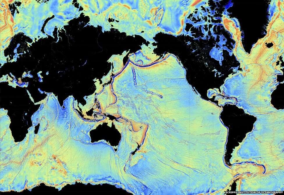 Cette carte rendue publique en octobre 2014 montre les anomalies du champ de gravitation de la Terre. Les couleurs allant du bleu au rouge indiquent des valeurs allant de -200 mGal à 200 mGal environ. Les dorsales océaniques et les reliefs élevés sur les plaines abyssales générant localement un champ de gravité plus forte sont en rouge. Les anomalies permettent donc de remonter à la topographie des fonds sous-marins. © Scripps Institution of Oceanography