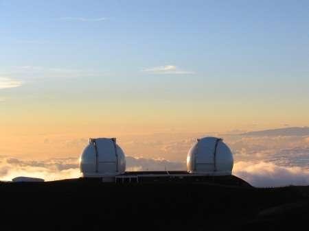Juchés sur le mont Mauna Kea, les deux télescopes géants Keck 1 et 2, ne s'intéressent qu'au ciel mais ils gardent les pieds sur terre. Et parfois, elle tremble…