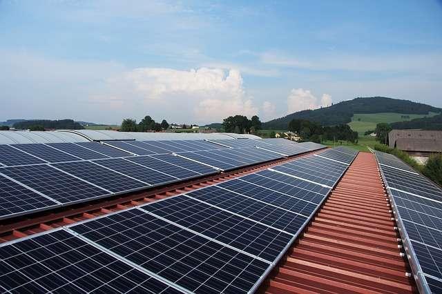 Les panneaux photovoltaïques permettent d'exploiter au mieux la lumière du Soleil. Le site de stockage de véhicules de l'entreprise STVA, situé au pied du grand port de Bordeaux, a été recouvert d'une toiture comportant 40.000 panneaux de ce type. © lenulenac, Pixabay, DP