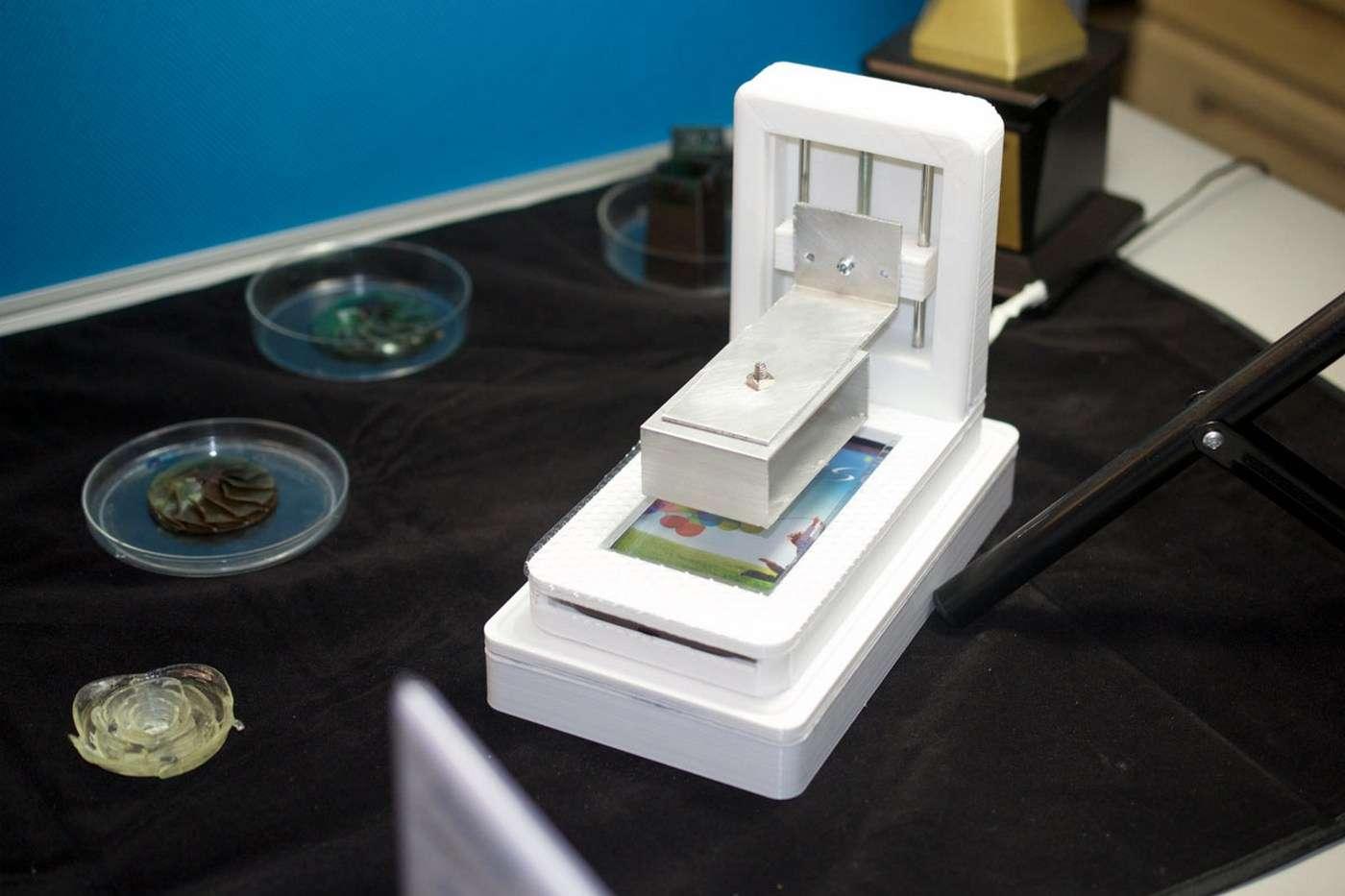 Le prototype d'imprimante 3D pour smartphones utilise la lumière émise par l'écran pour solidifier une résine photosensible. Le système peut fonctionner à l'air libre pourvu qu'il soit dans la pénombre. © Taiwan Tech