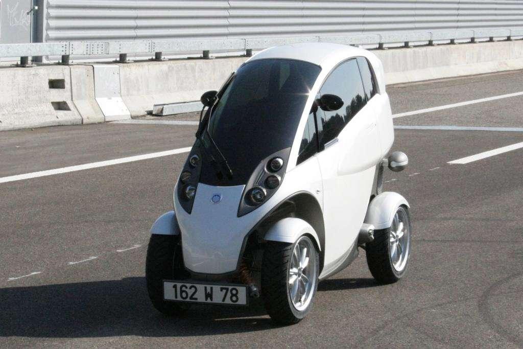 La Smera, petit véhicule pendulaire à deux places en tandem, intermédiaire entre une voiture et une moto. © Lumeneo