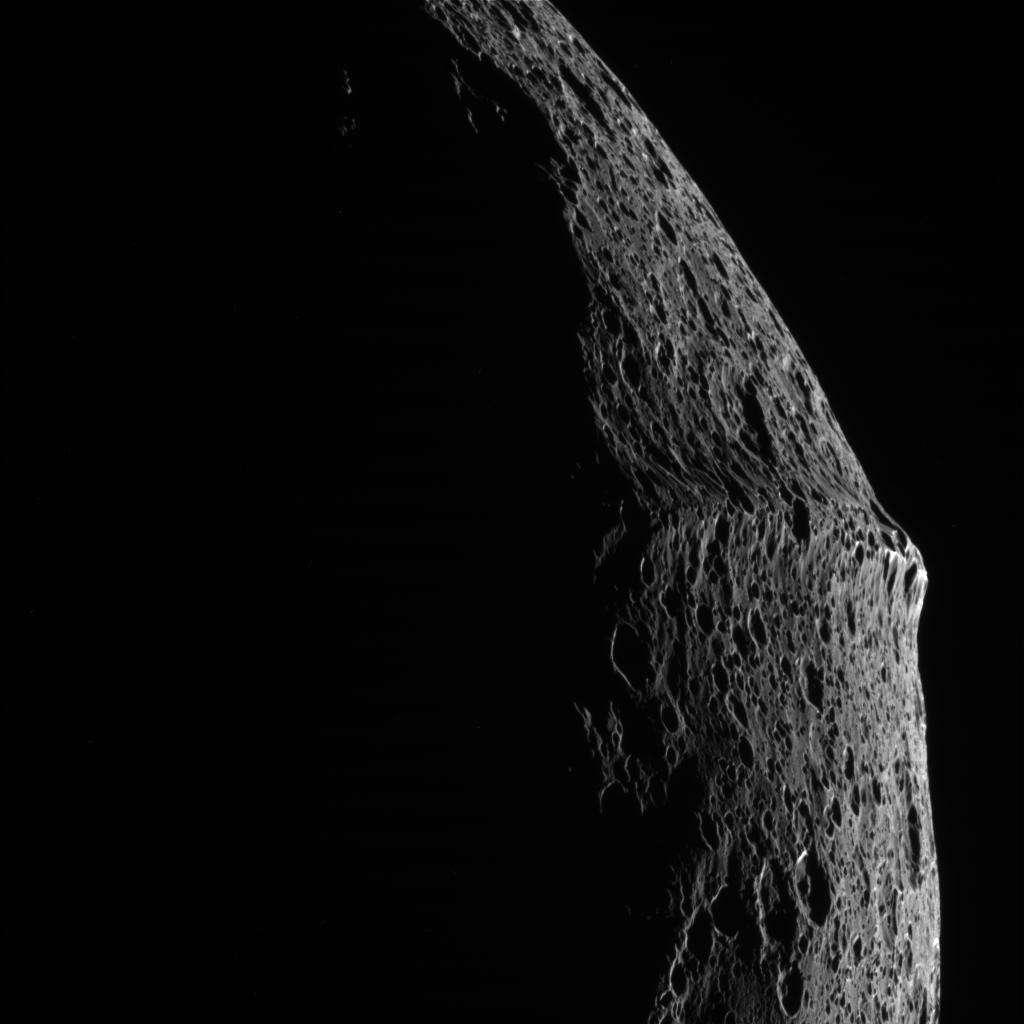 La crête montagneuse qui ceinture Japet pourrait avoir été formée par la chute des débris d'un petit satellite en orbite autour de Japet. © Nasa/JPL/SSI