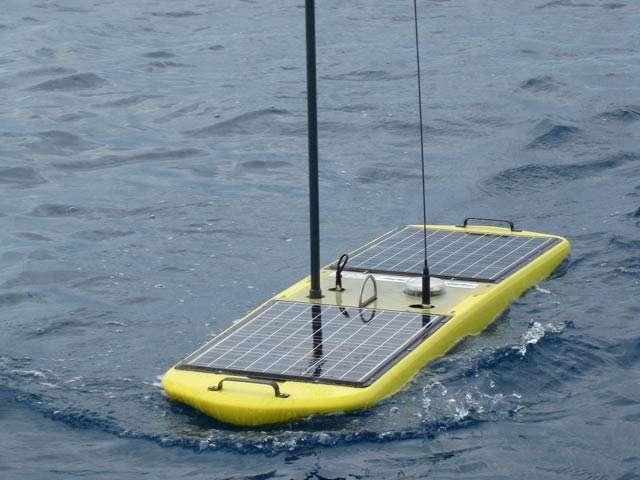 L'élément de surface des Wave Gliders mesure 208 cm de long et 60 cm de large. Il héberge les instruments de mesure et des batteries alimentées par les panneaux solaires. © Liquid Robotics