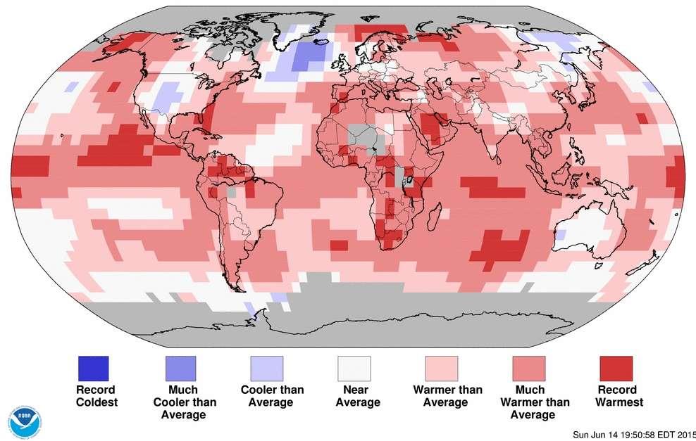 Répartition des anomalies de température par rapport à la moyenne (average) à la surface du Globe en mai 2015. En bleu-violet, les zones plus froides, en blanc les régions autour de la moyenne et en rouge les endroits plus chauds. © NOAA's national centers for environmental information