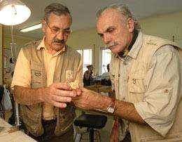 José Bermúdez de Castro, à gauche, et Eudald Carbonell, à droite, examinent leur trouvaille. © EIA/Jordi Mestre