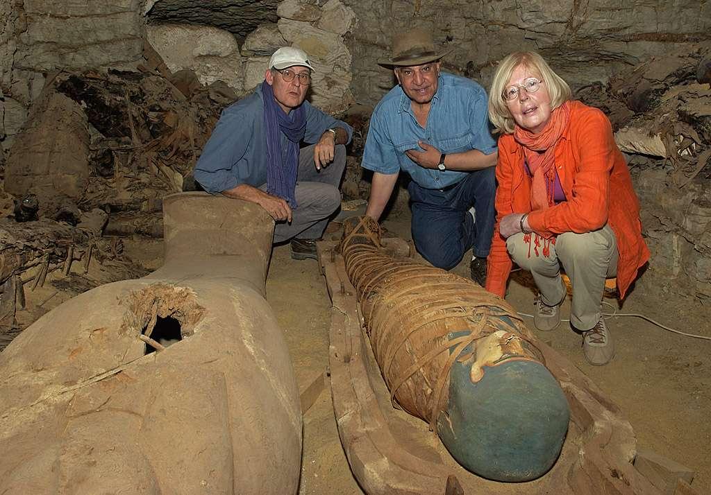 A Saqqara, dans la tombe F17. De gauche à droite, Guy Lécuyot, Zahi Hawass et Christiane Ziegler examinent deux sarcophages nouvellement découverts, dont l'un est plaqué de feuilles d'or. © Christian Décamps/Mission Archéologique de Saqqara