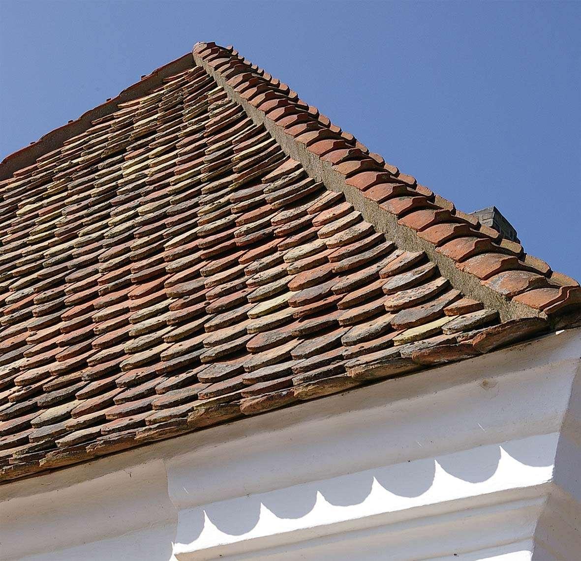 La tuile plate est un type de tuile conçu pour les toits à 45°. © Sven Rosborn, CC BY-SA 3.0, Wikimedia Commons