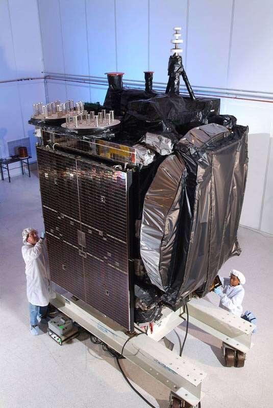 Le satellite Galaxy-15 en salle blanche avant son lancement par une Ariane 5, en octobre 2005. Crédit Orbital Sciences