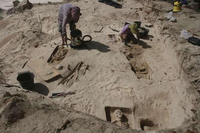 Deux archéologues de l'Inrap s'appliquent pour exhumer des restes humains du cimetière colonial de la plage des Raisins clairs (Guadeloupe), avant que l'érosion marine ne les emporte à la mer. © Jérôme Rouquet, Inrap