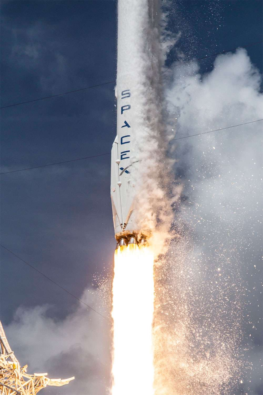 Falcon 9 v1.1 au décollage depuis son pas de tir SLC-40 de Cap Canaveral (gros plan sur le premier étage du lanceur). © SpaceX