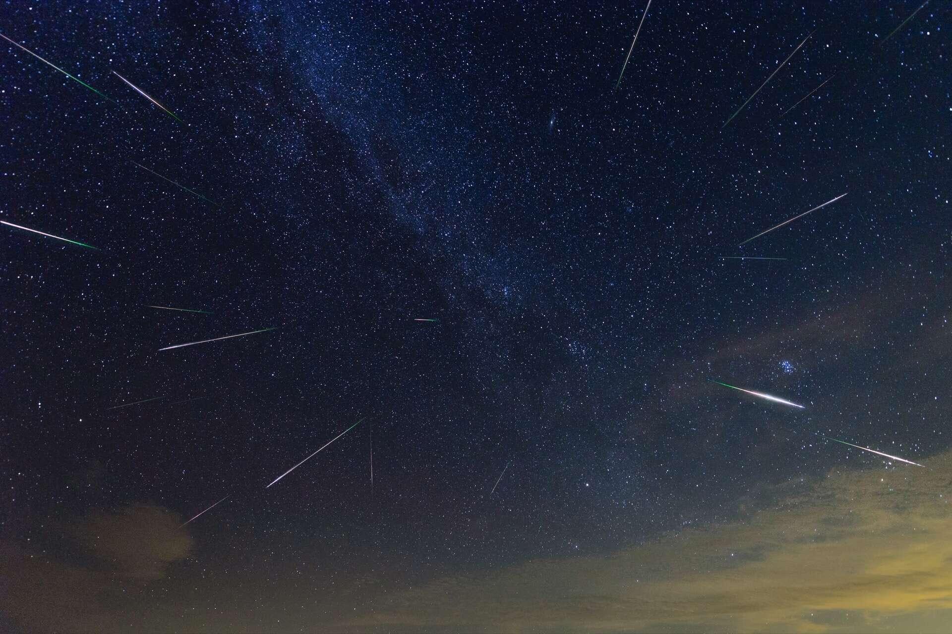 Photo composite de la pluie d'étoiles filantes des Perséides (décembre). © Wisanuboonrawd, Adobe Stock