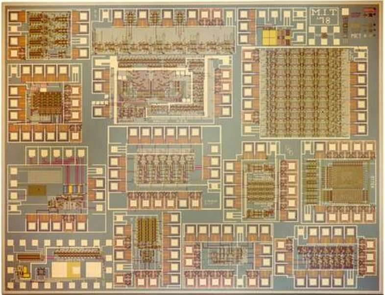 Lors d'une présentation à la conférence Hot Chips à l'université de Stanford en Californie (États-Unis), un doctorant du MIT, Mieszko Lis, a présenté la puce Execution Migration Machine (EM2). Ses 110 cœurs et son système complexe de prédiction logent sur un circuit de 1 cm2. © MIT