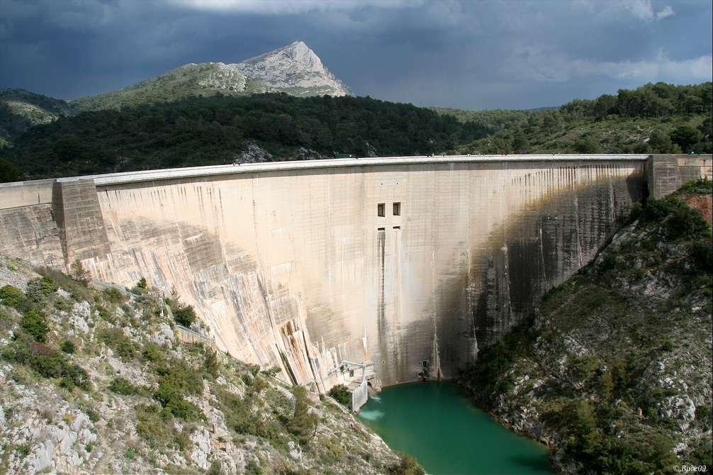 Le barrage de Bimont, dans le massif provençal de la Sainte-Victoire, produit 9 GWh d'hydroélectricité par an. © Bube09, Flickr, cc by nc sa 2.0
