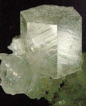 Un bloc de calcite (CaCO3), parfois appelée spath, provenant de Rueun, Grischun (ou Grisons), en Suisse. © Th. Schüpbach, SVSMF