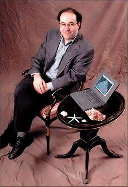 Stephen Wolfram posant devant un ordinateur affichant les résultats d'un automate cellulaire. Crédit : Stephen Wolfram