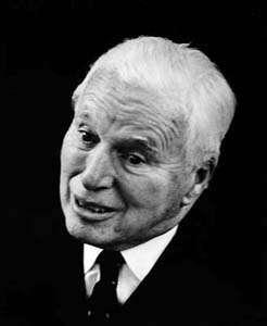 Charlie Chaplin, le célèbre créateur de Charlot, est devenu père pour la dernière fois alors qu'il avait 73 ans, soit 3 ans avant que cette photo n'ait été prise. Son fils Christopher a dû hériter de très longs télomères... Vivra-t-il jusqu'à 88 ans, comme son illustre papa ? © Erling Mandelmann, Wikipédia, cc by sa 3.0