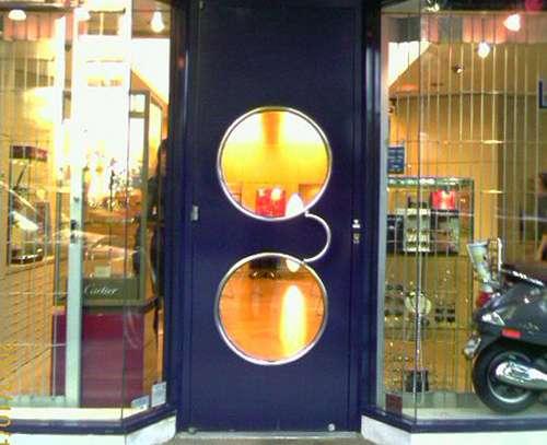 Design et inaltérable, une porte vitrée en aluminium permet toutes les fantaisies. © Mamojo, Flickr, CC BY 2.0