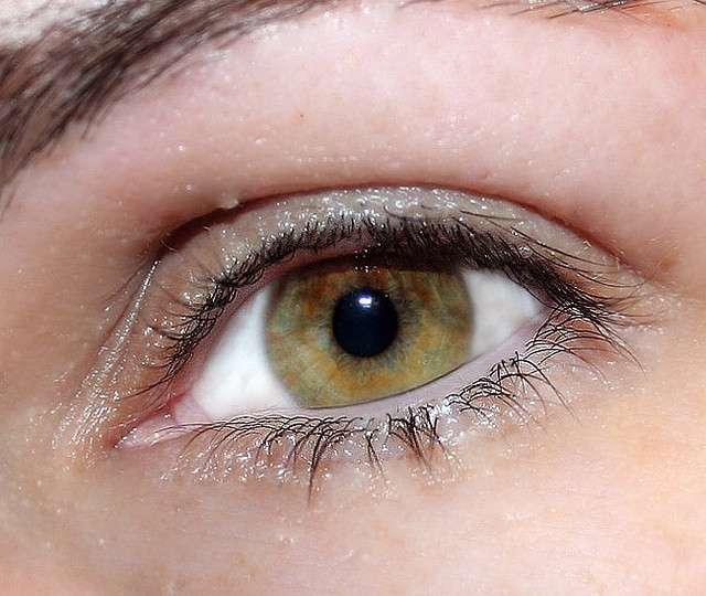 On dit parfois que les yeux sont le miroir de l'âme. Ce qui est sûr, c'est qu'une bonne alimentation riche en vitamine D, bioflavonoïde, bêta-carotène, astaxanthine et d'autres nutriments encore contribue à lutter contre l'apparition de maladie des yeux comme la dégénérescence maculaire ou la cataracte. © neuroticcamel, Flickr CC by 2.0