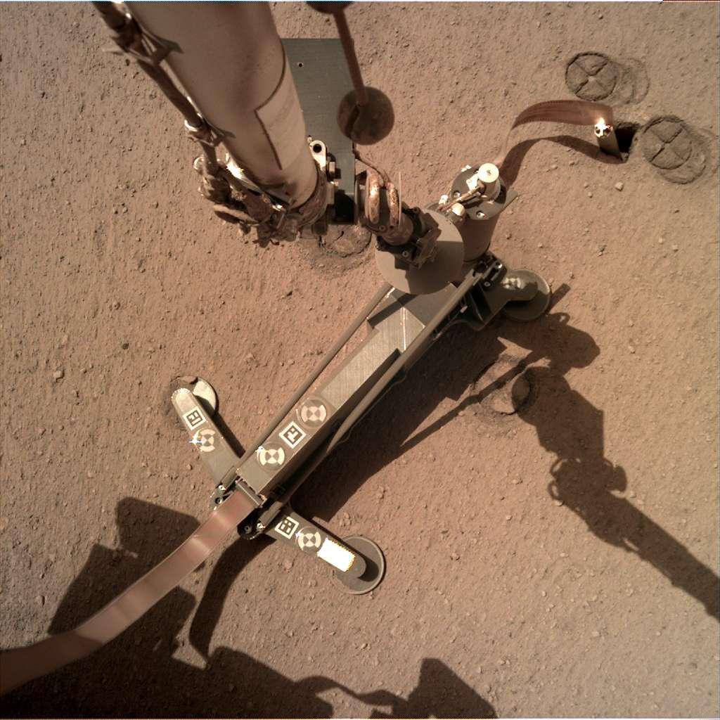 La taupe martienne faisant partie de l'instrument HP3 a rencontré un obstacle le 28 février 2019. L'atterrisseur InSight a déplacé le 28 juin 2019 la structure de support qui masquait la taupe afin de rendre celle-ci visible pour ses caméras (en haut à droite) et donc pour les équipes de la mission sur Terre. Cette image a été acquise le 30 juin 2019. © Nasa/JPL-Caltech