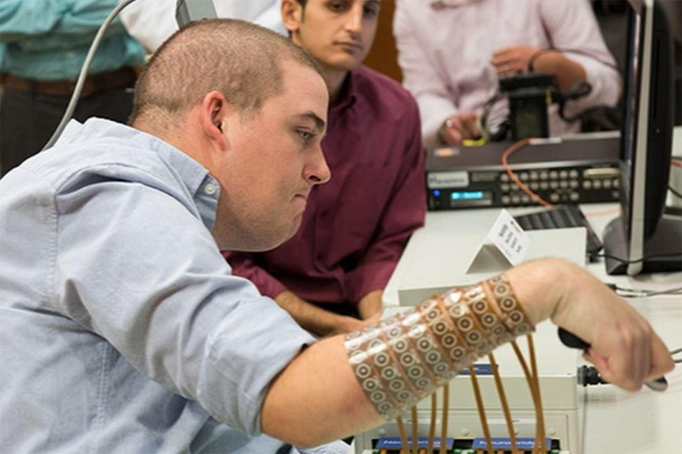 Ian Burkhart est devenu tétraplégique suite à un accident à l'âge de 19 ans. Il est la première personne à avoir retrouvé l'usage de ses membres grâce à un implant cérébral qui interprète l'activité électrique associée à la pensée d'un mouvement. © Ohio State University Wexner Medical Center, Battelle