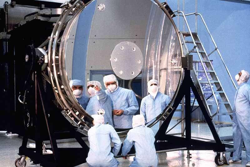 Le miroir primaire de Hubble en cours de montage avant la mise en orbite de l'instrument. Crédit Nasa