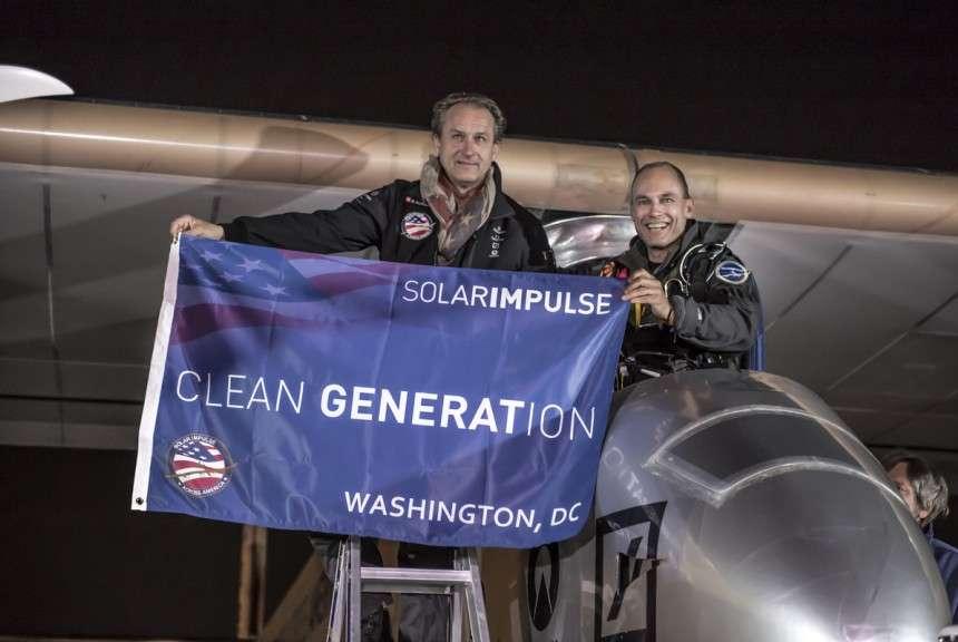 André Borschberg (à gauche) et Bertrand Piccard, encore dans le poste de pilotage de l'avion solaire HB-SIA à l'arrivée à Washington, dimanche 16 juin, peu après l'atterrissage, effectué à 0 h 15. © Solar Impulse, Revillard