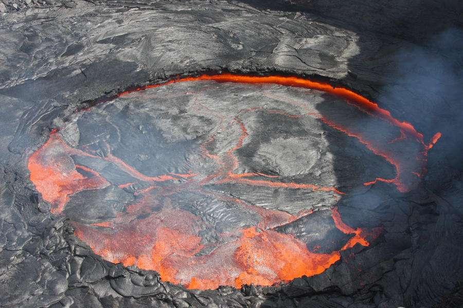 Sur cette image, le célèbre lac de lave permanent de l'Erta Ale. Sur sa surface, on peut voir l'équivalent de la tectonique des plaques en accéléré. © Richard Roscoe-photovolcanica.com