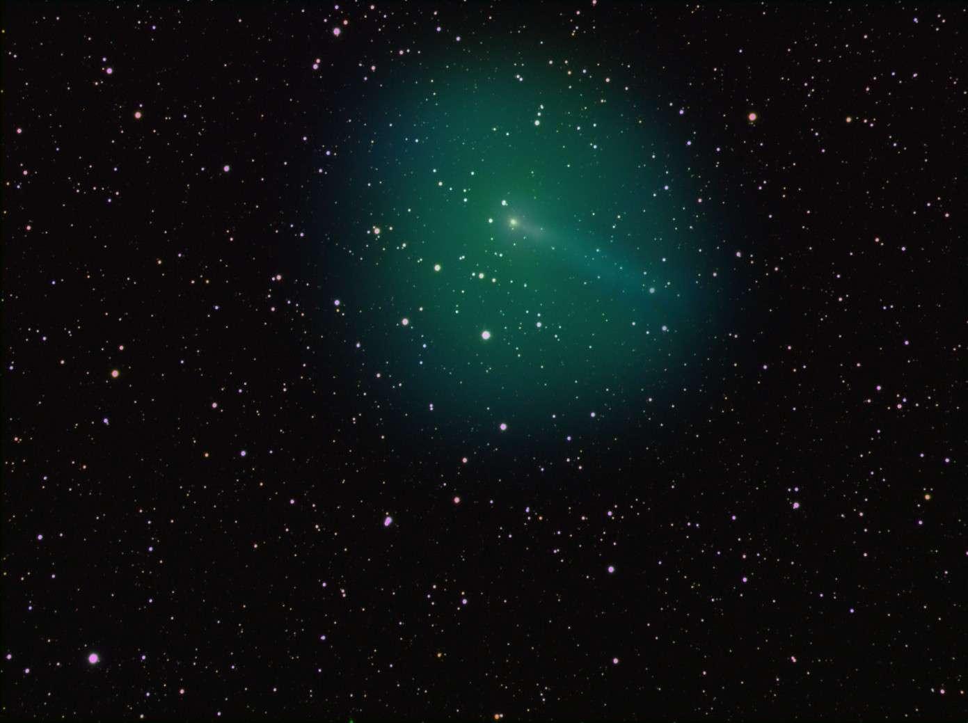 En 4 heures de poses, l'astronome amateur Nick Howes a réalisé cette superbe image qui nous permet de mesurer l'ampleur du dégazage qui se produit à la surface de la comète 103P/Hartley 2. © Nick Howes