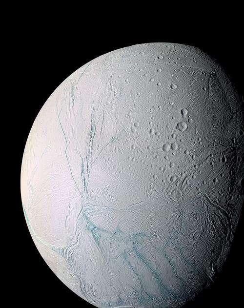 Encelade, avec sa forme caractéristique, a été survolée de très nombreuses fois par la sonde Cassini. Des geysers d'eau apparaissent à la surface de cette lune de Saturne, signes que le sous-sol contient le fameux liquide de la vie. © Nasa, DP